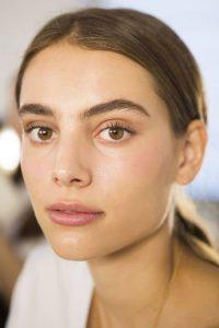femme_no_make-up_exemple_comment_prendre_soin_de_son_visage_en_2021
