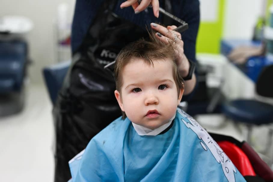 quand-couper-cheveux-de-bébé-premiere-fois-1