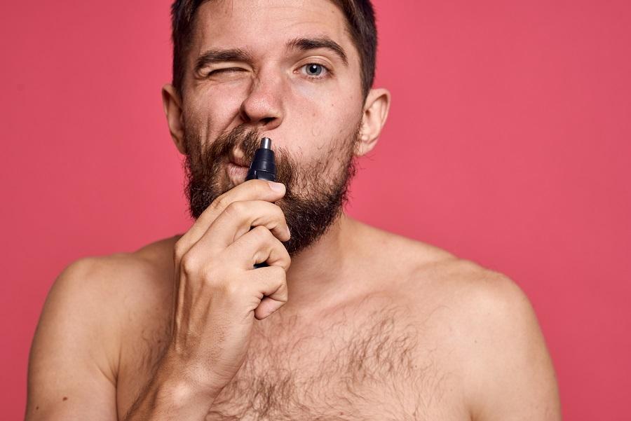 Homme tond ses poils de nez 1