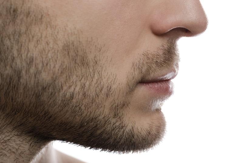 Moitié de visage d'un homme sur le bas de son visage et son nez