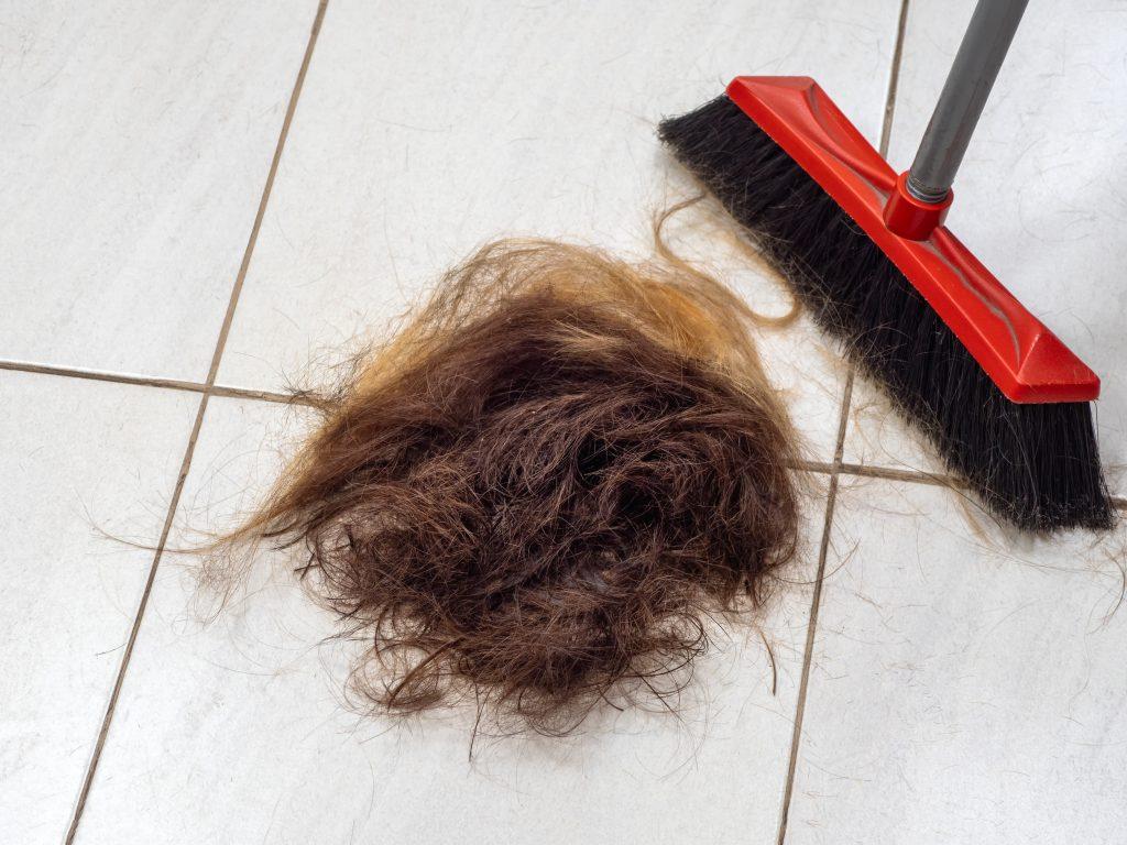 Tas de cheveux coupés au sol